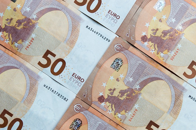 海外キャッシングとユーロの両替はどちらがお得?